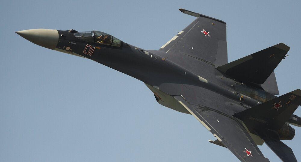 Caza Su-35 durante espectáculo aéreo en el Día de Fuerzas Aéreas