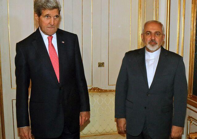 O Secretário de Estado dos EUA, John Kerry, com o chanceler iraniano, Mohammad Javad Zarif, durante negociações sobre o programa nuclear iraniano