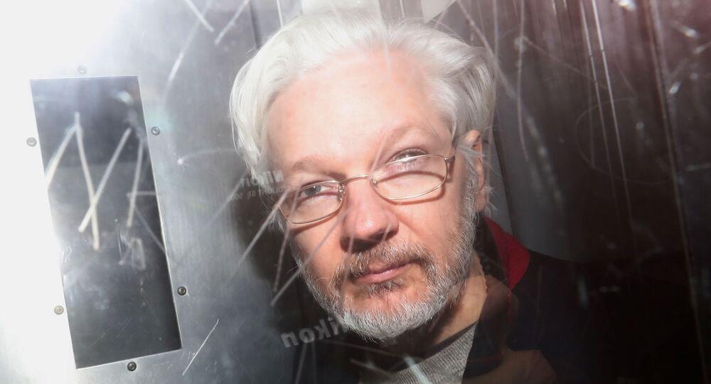 Fundador do site Wikileaks, Julian Assange, deixa tribunal em Londres, no Reino Unido, em 13 de janeiro de 2020