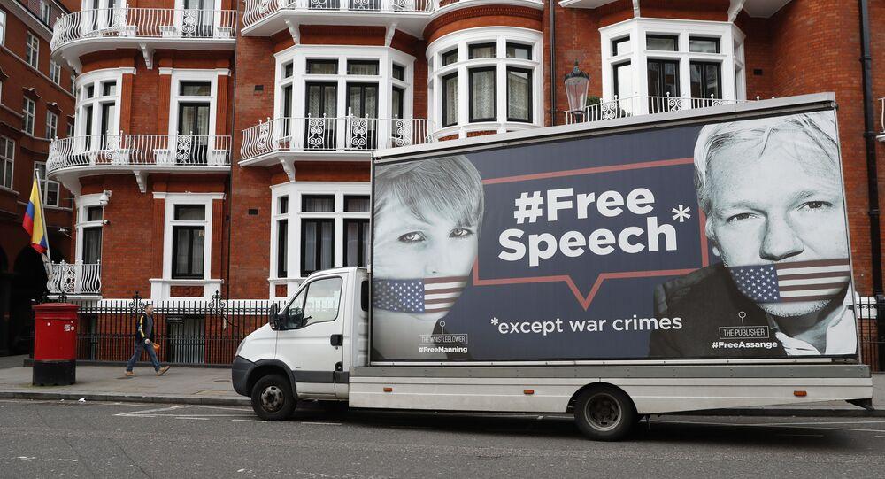 Uma vã com o poster escrito liberdade de expressão - à exceção de crimes de guerra e com as imagens do jornalista Julian Assange e delatora Chelsea Manning, em Londres, em abril de 2019