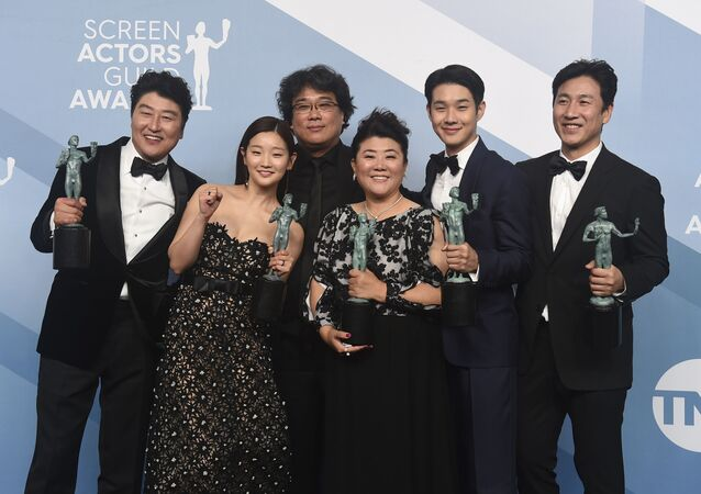 Elenco do filme sul-coreano Parasita recebe prêmio no 26º Screen Actors Guild Awards