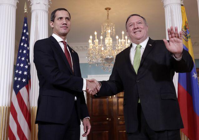 O secretário de Estado dos EUA, Mike Pompeo, (à direita), cumprimenta o líder da oposição venezuelana, Juan Guaidó, (à esquerda) em Washington, no dia 6 de fevereiro de 2020
