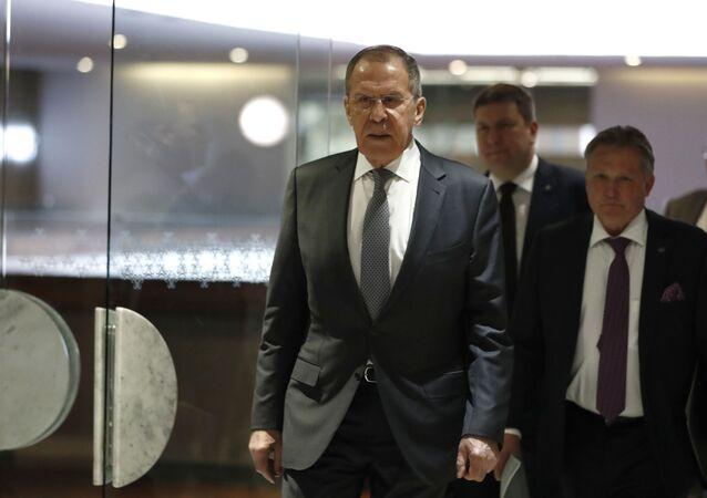 Ministro das Relações Exteriores da Rússia, Sergei Lavrov, e o embaixador da Rússia na Cidade do México, Viktor Koronelli (à direita), após reunião com o chanceler mexicano, Marcelo Ebrard