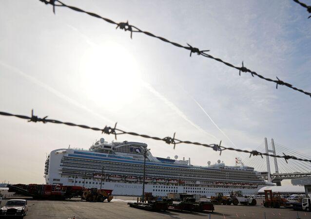 O navio de cruzeiro Diamond Princess, no qual foram identificados pacientes com coronavírus, visto por detrás de uma cerca de arame farpado