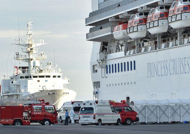Bombeiros e ambulâncias perto do navio de cruzeiro Diamond Princes em quarentena no porto japonês de Yokohama, em 7 de fevereiro de 2020