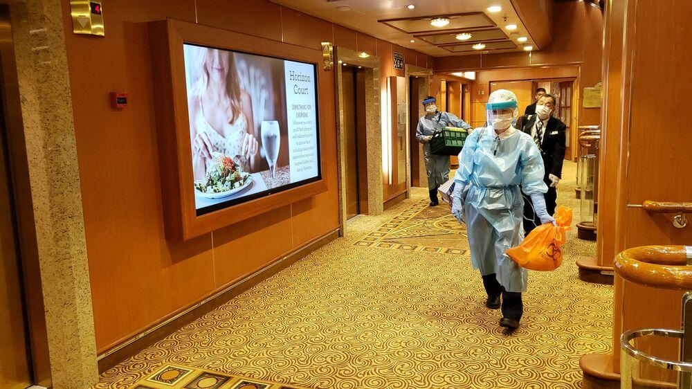 Homem usando roupa de proteção caminha pelo sexto deque do navio de cruzeiro Diamond Princess, em foto publicada em redes sociais