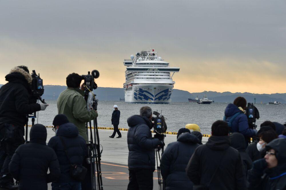 O navio de cruzeiro Diamond Princess chega no porto de Yokohama com mais de 3.700 passageiros a bordo