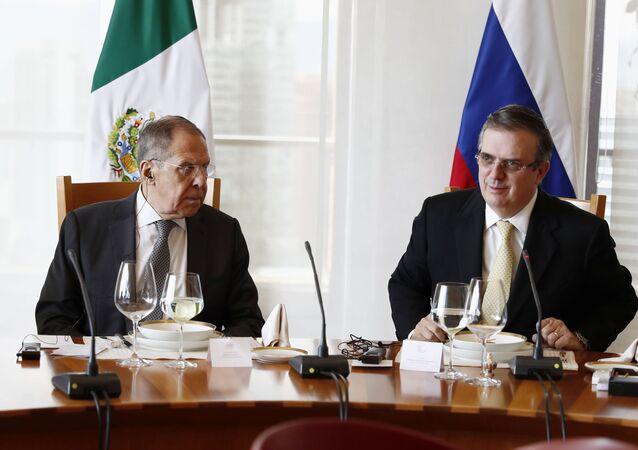 Ministro das Relações Exteriores da Rússia, Sergei Lavrov, e seu homólogo mexicano, Marcelo Ebrard, em almoço de trabalho, em 6 de fevereiro de 2020