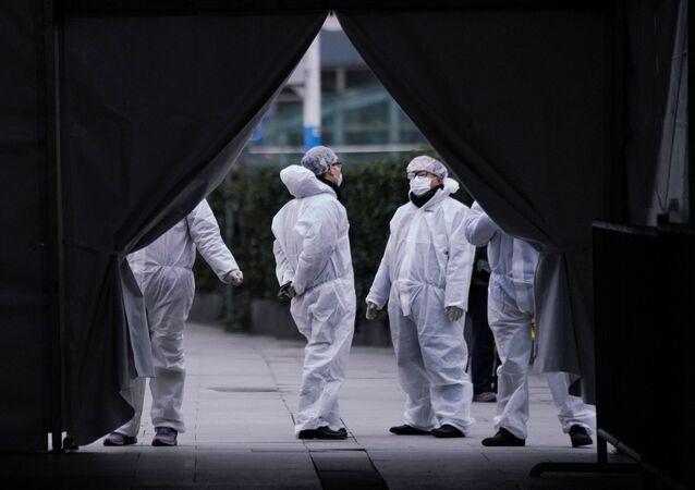 Funcionários com máscaras de proteção são vistos na estação ferroviária de Xangai, na China, enquanto o país é atingido pelo surto do novo coronavírus, 7 de fevereiro de 2020
