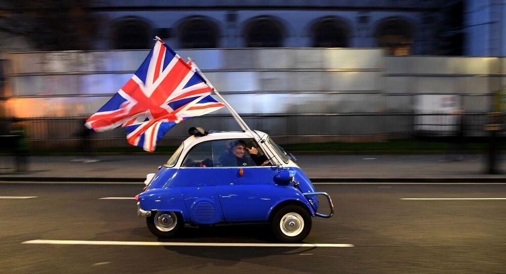 Homem comemora Brexit a bordo de um carro com bandeiras do Reino Unido na data da saída do país da União Europeia