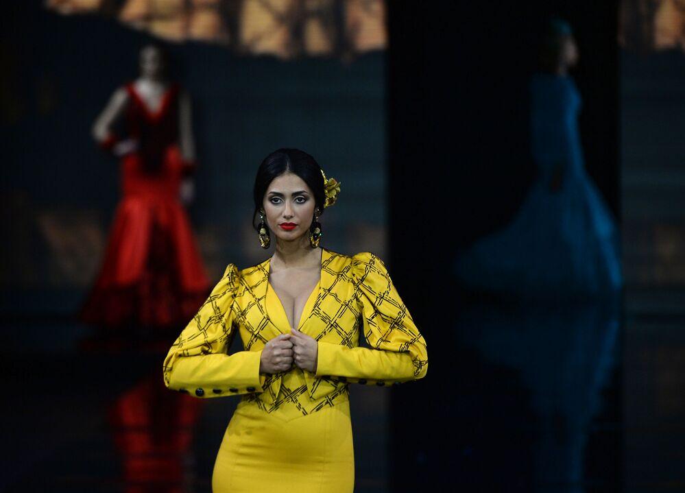 Modelo apresenta traje da moda Loli Vera durante o Salão Internacional de Moda Flamenca (Simof 2020) realizado em Sevilha, Espanha