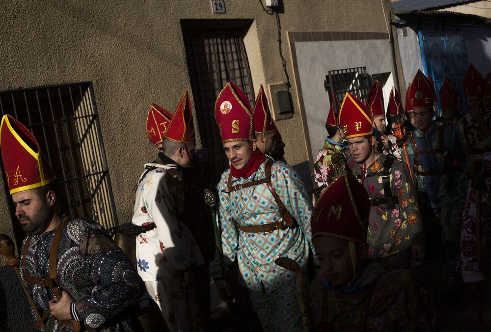 Participantes do desfile festivo Endiablada na cidade espanhola de Almonacid del Marquesado