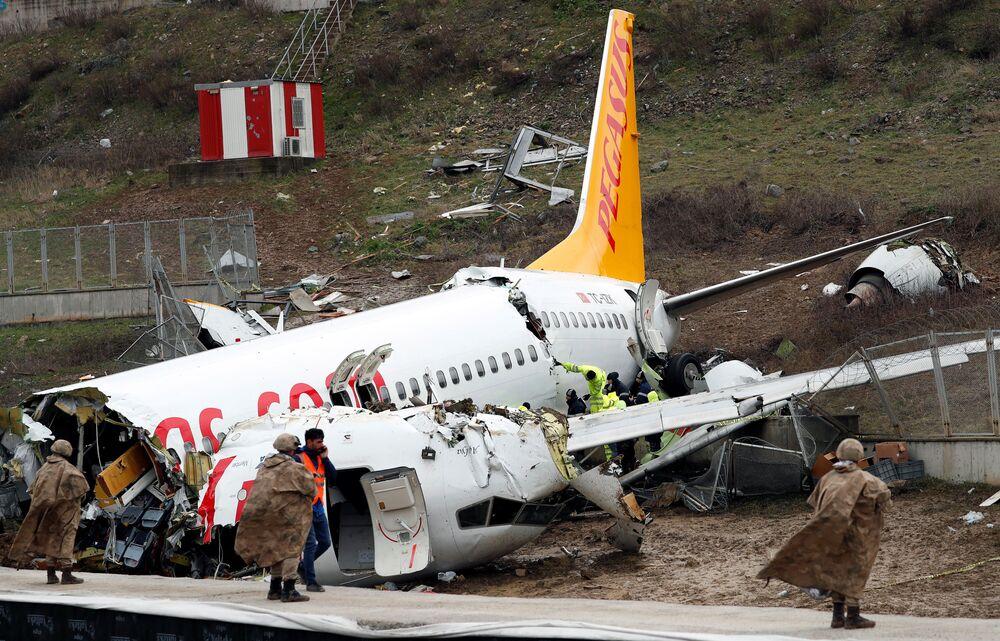 Militares guardam o Boeing 737-86J da Pegasus Airlines após a aeronave sofrer um acidente no Aeroporto Internacional Sabiha Gokçen, em Istambul, Turquia