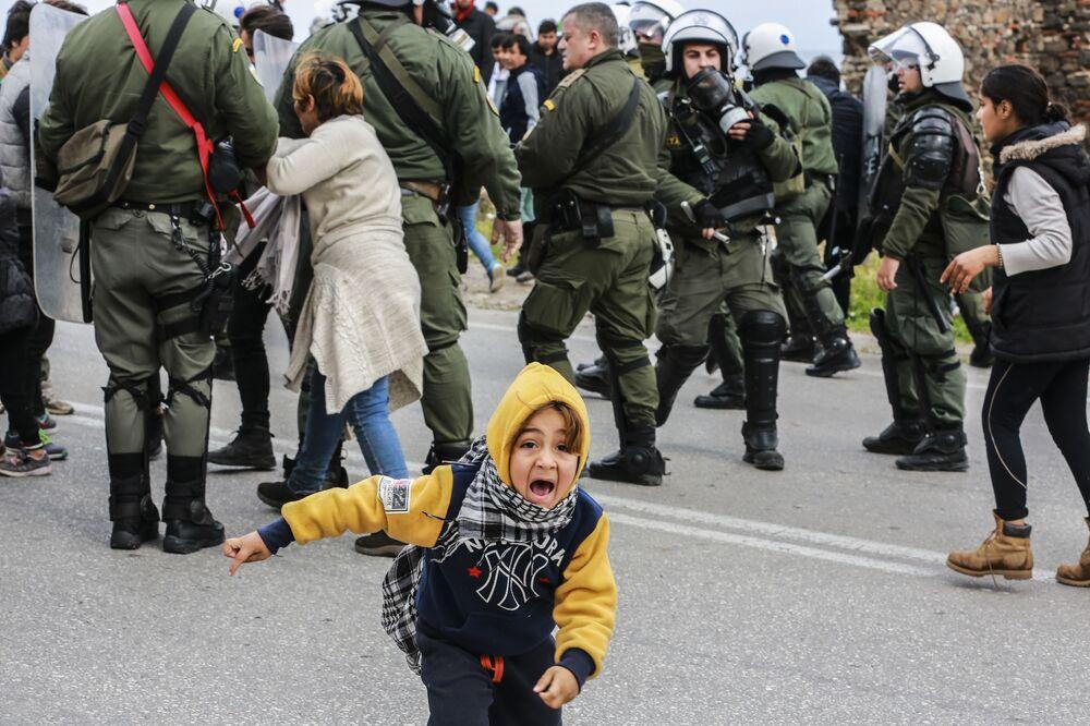 Criança durante embate entre imigrantes e tropa de choque da Polícia grega fora do campo de refugiados de Kara Tepe, na ilha grega de Lesbos