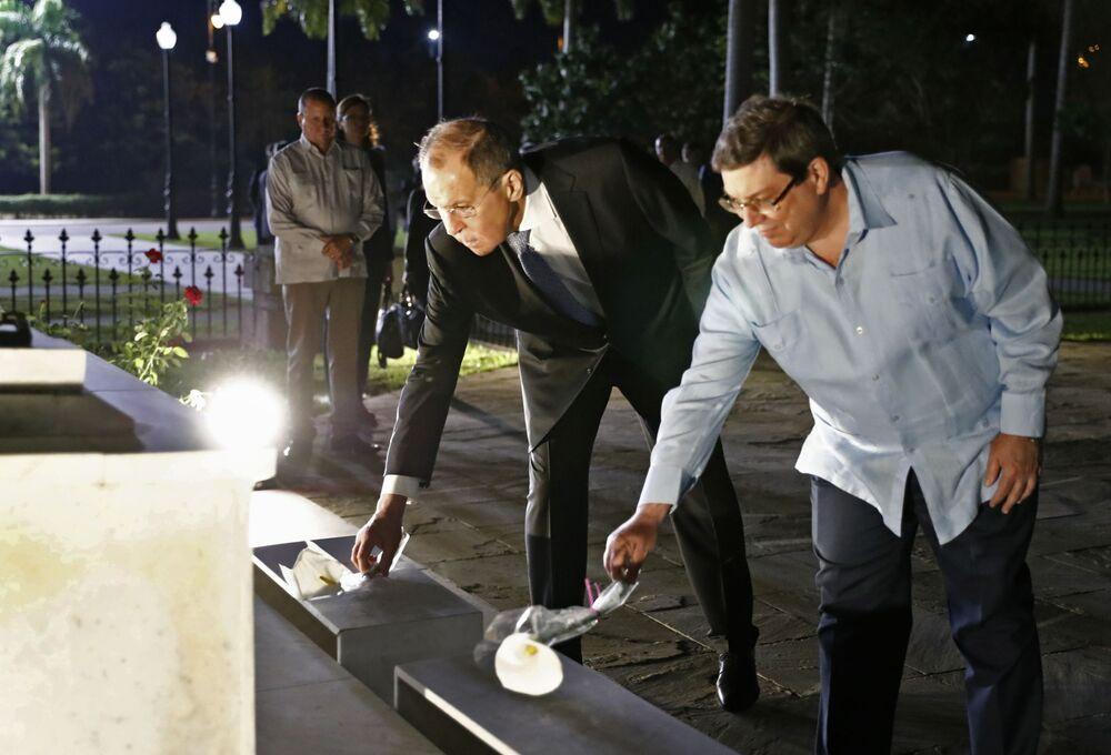 Chanceler russo, Sergei Lavrov, com seu homólogo cubano, Bruno Rodríguez Parrilla, colocando flores no cemitério de Santa Ifigênia, em Cuba