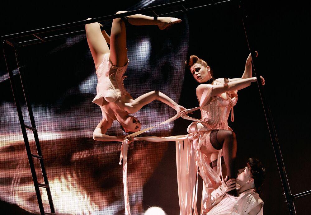 Artistas no palco do espetáculo teatral Fashion Freak Show do estilista francês Jean-Paul Gaultier na cidade russa de São Petersburgo