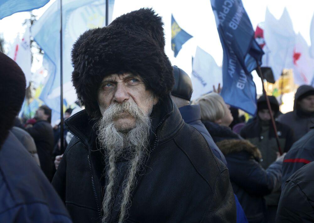 Manifestante participa de ação contra mudanças nas leis sobre venda de terras em Kiev, Ucrânia