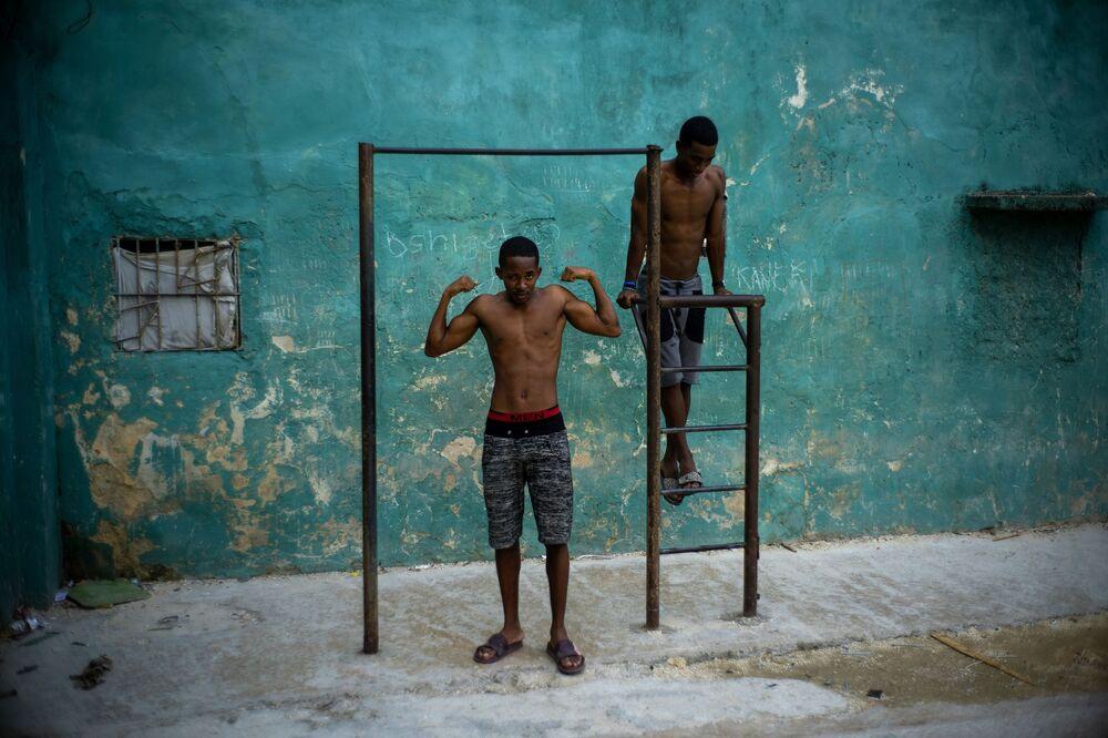 Jovens cubanos malhando em Havana, Cuba