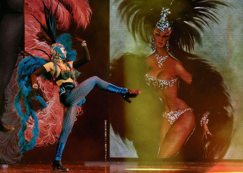 Artista se apresentando no espetáculo teatral Fashion Freak Show do estilista francês Jean-Paul Gaultier, em São Petersburgo, Rússia