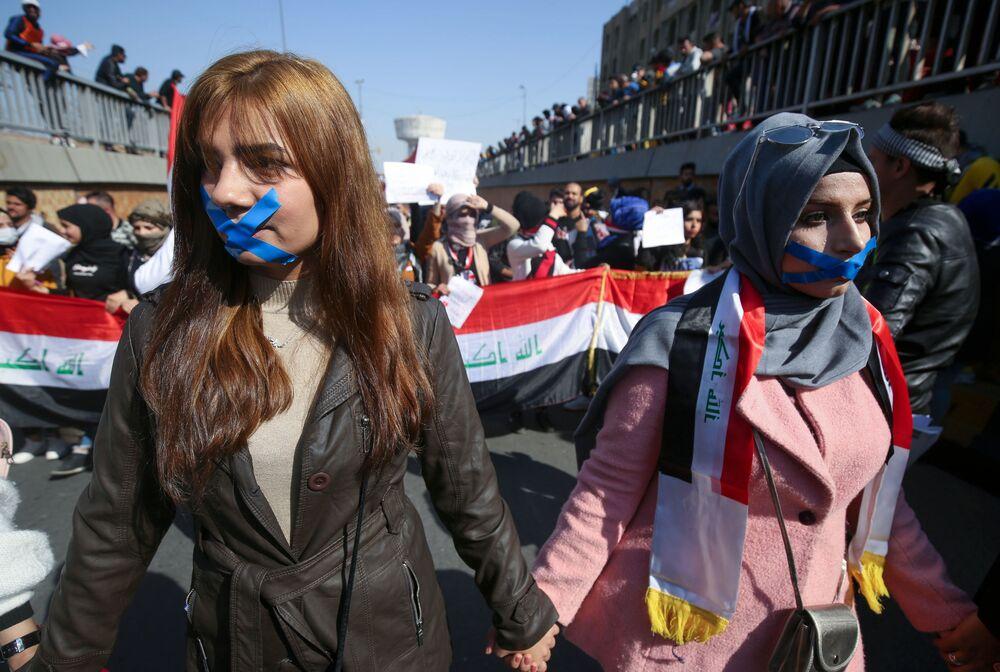 Jovens iraquianas participam de protesto contra o governo do país em Bagdá, Iraque