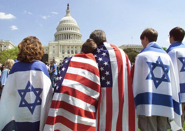 Família que vive em Israel e nos EUA expressam seu apoio a ambos os países, na frente da Casa Branca, em Washington, nos EUA (foto de arquivo)