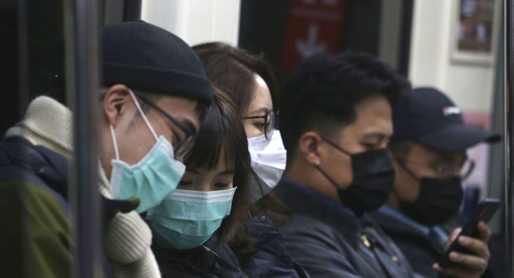 Moradores de Taiwan usam máscaras protetoras em estação de trem em Taiwan, em 9 de fevereiro de 2020