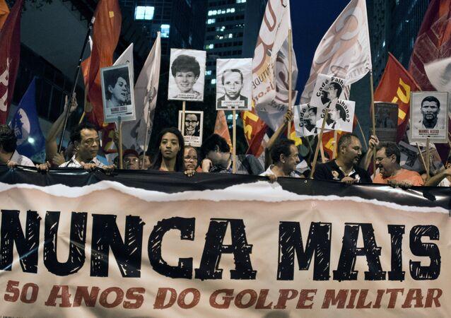 Manifestação realizada no Rio de Janeiro em 2014 contra a opressão do regime militar brasileiro, 50 anos após o golpe de 1964