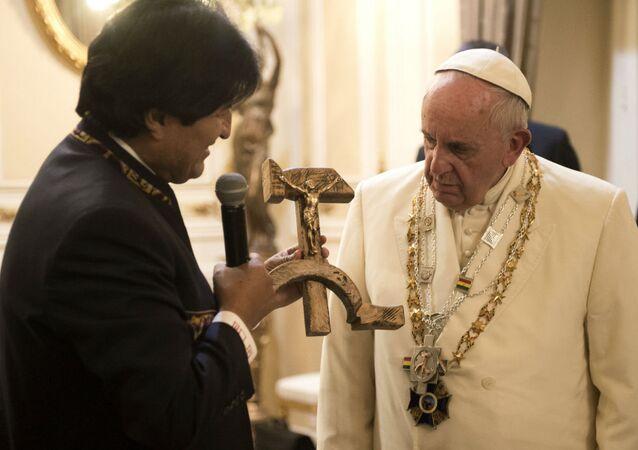 Evo Morales presenteia o Papa Francisco com o Cristo crucificado na foice e no martelo.
