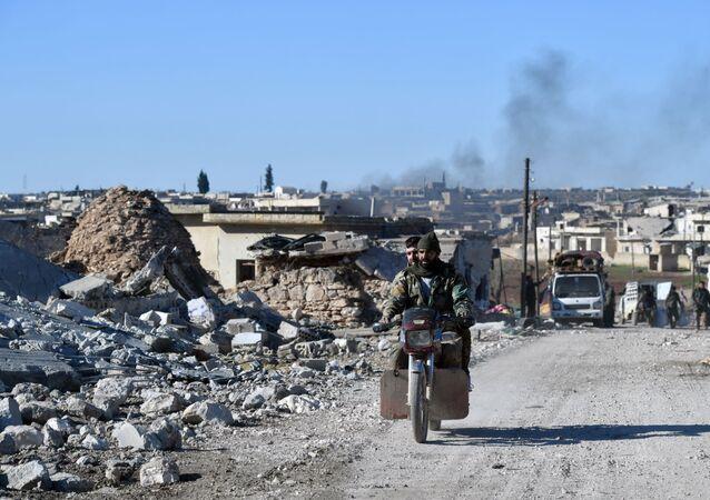 Membro do exército sírio dirige em vilarejos retomados ao sudeste da província de Idlib, em 25 de janeiro de 2020
