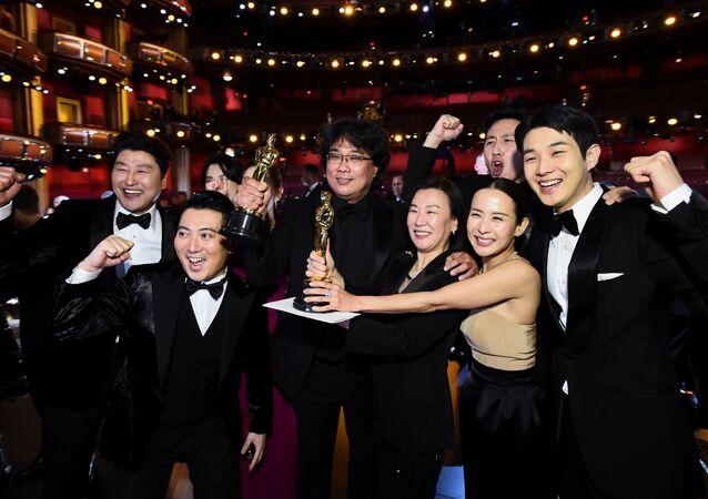 Diretor sul-coreano Bong Joon Ho e o elenco do filme Parasita posam na 92ª edição do Oscar em Hollywood, Los Angeles, 9 de fevereiro de 2020