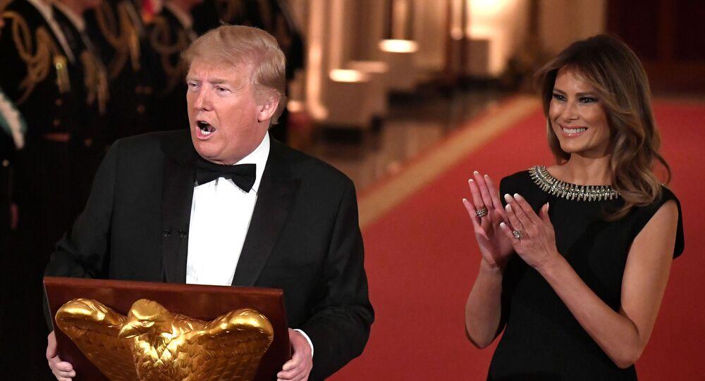 Presidente dos EUA, Donald Trump, recebe convidados para baile na Casa Branca, acompanhado da primeira dama Melania Trump, em 8 de fevereiro de 2020.