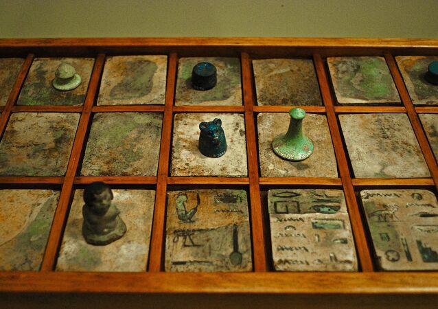 Jogo de tabuleiro popular no Antigo Egito chamado Senet
