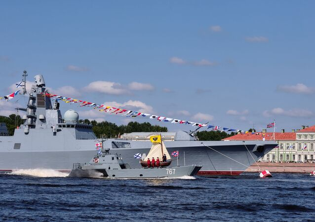 Fragata Admiral Kasatonov durante ensaio de parada naval do Dia da Marinha da Rússia (foto de arquivo)