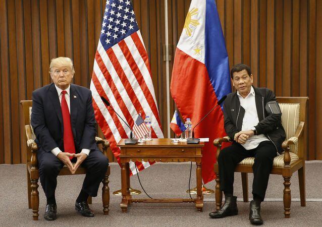 Presidente dos EUA, Donald Trump, em conversa com o presidente Filipino, Rodrigo Duterte, durante um encontro bilateral, 13 de novembro de 2017