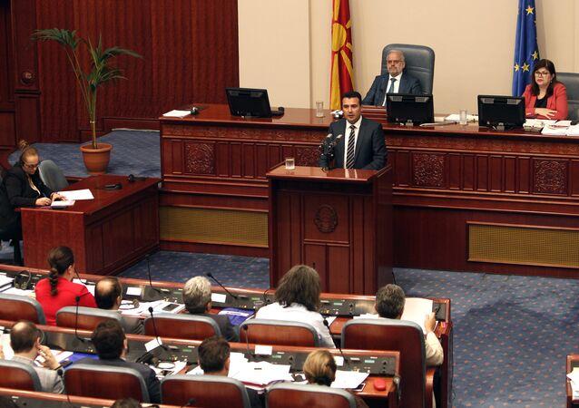 Zoran Zaev, primeiro-ministro da Macedônia, discursando no parlamento do país, em Skopje (arquivo)