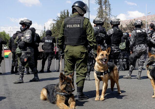 Em La Paz, na Bolívia, Policiais com cachorros durante evento de celebração de São Roque, padroeiro dos animais de estimação.