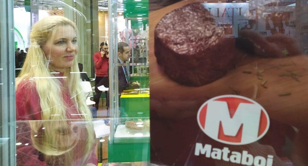 Tradutora recebe clientes russos no estande do Brasil na feira de alimentos Prodexpo, em Moscou, na Rússia, em 12 de fevereiro de 2020