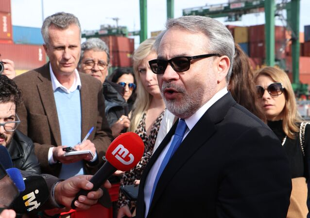 Secretário de Energia dos Estados Unidos, Dan Bruillette, fala aos jornalistas durante visita ao porto de Sines, em Portugal