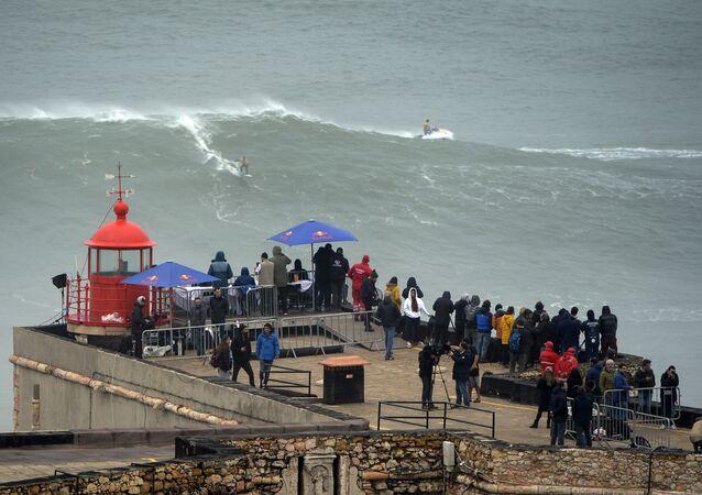 O surfista australiano Mick Corbett pega uma onda durante a Tow Surfing Challenge, em Nazaré