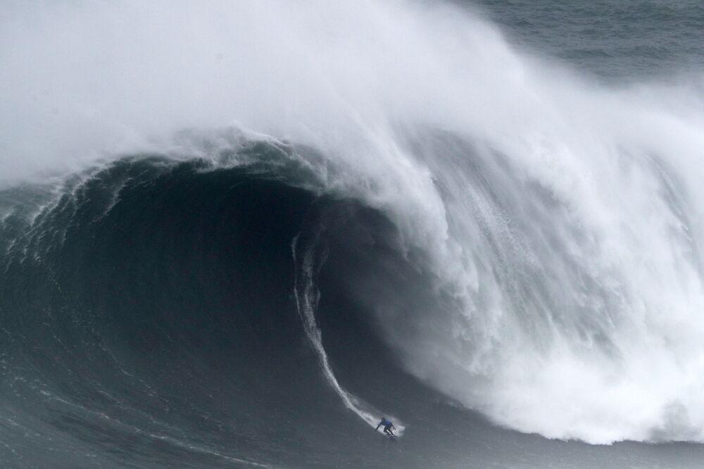Kai Lenny do Havaí pega uma onda em Nazaré, Portugal