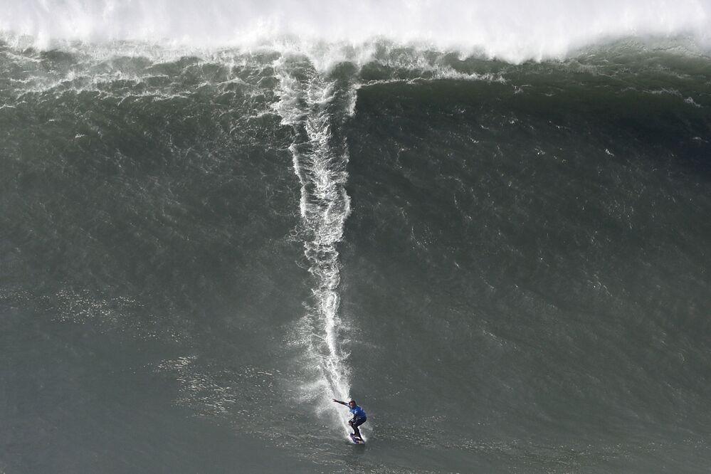 Kai Lenny demonstra suas habilidades no evento esportivo Tow Surfing Challenge