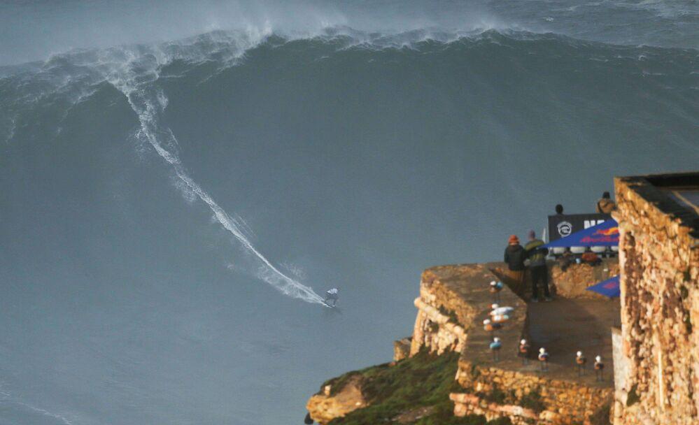 O surfista alemão Sebastian Steudtner pega uma onda de grandes proporções em Nazaré