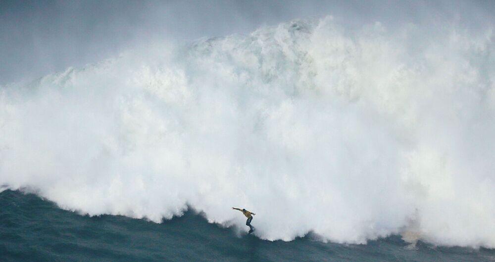 O australiano Mick Corbett pega uma imensa onda durante a Tow Surfing Challenge, em Nazaré