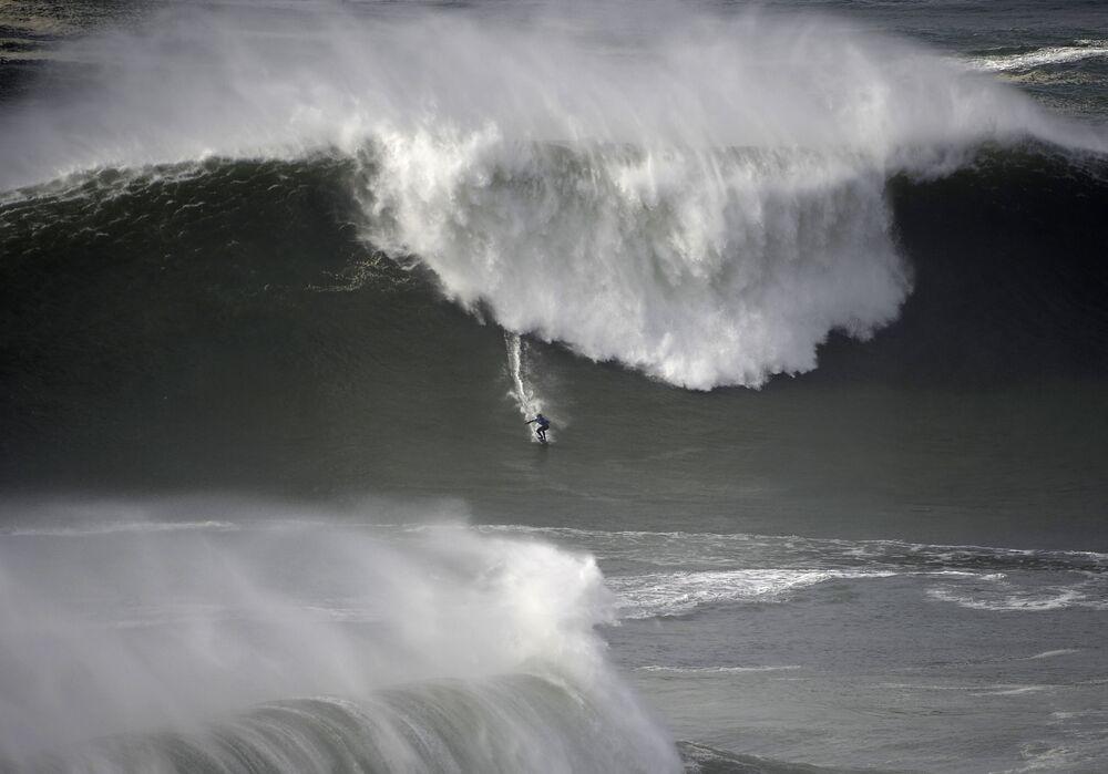 O surfista do Havaí Kai Lenny demonstra coragem ao dominar uma onda colossal no oeste de Portugal