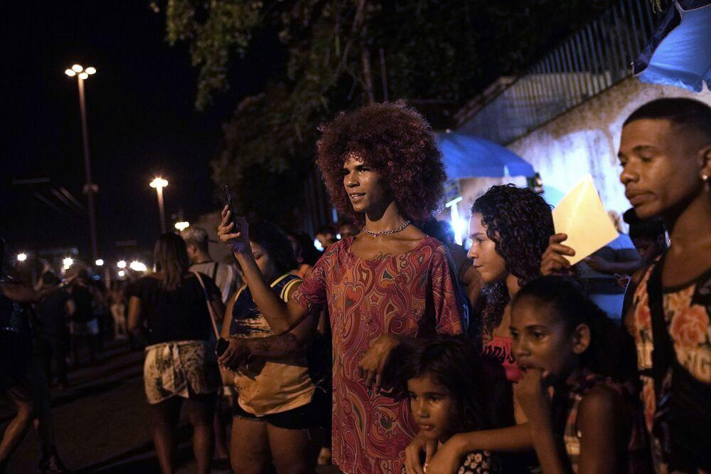 Pessoas assistem ao ensaio da escola de samba Paraíso do Tuiuti, no Rio de Janeiro, Brasil