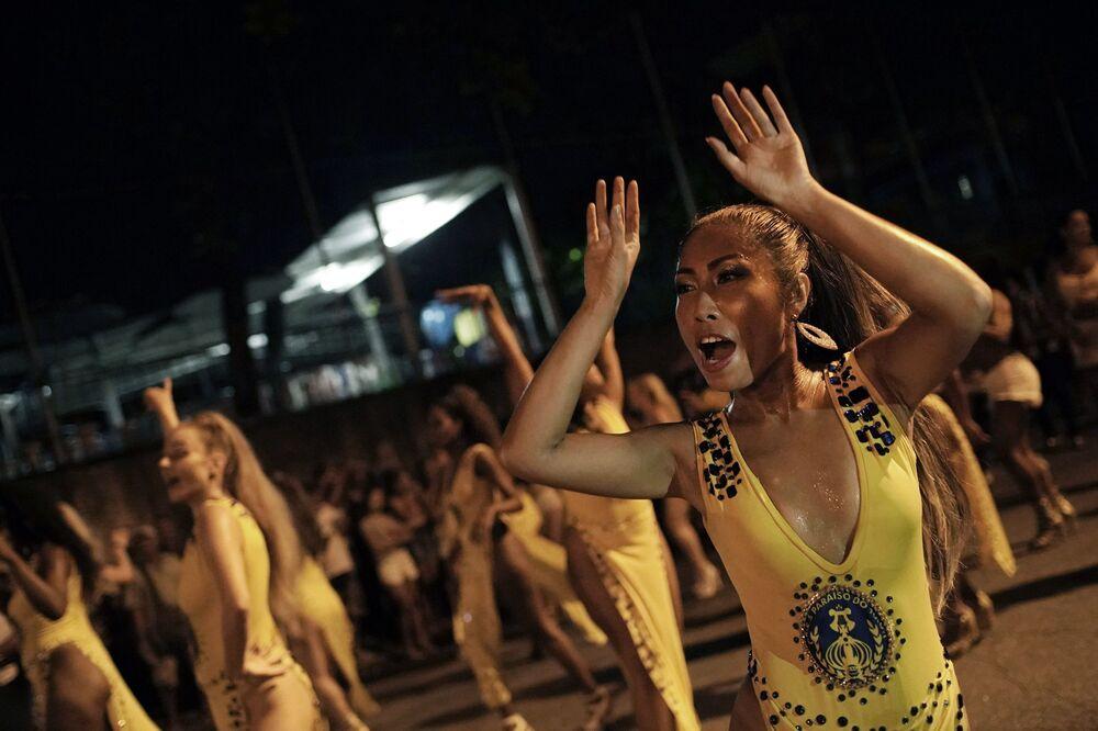 Rie Tankana, do Japão, dança durante um ensaio da escola de samba Paraíso do Tuiuti, no Rio de Janeiro, Brasil