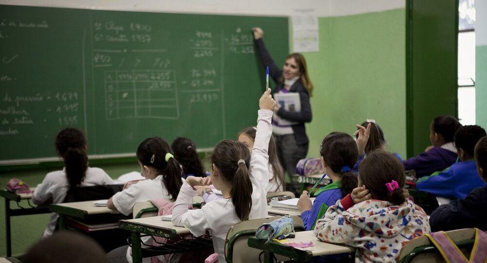 Professora dando aula em escola de São Paulo