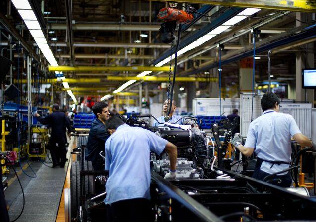 Linha de produção da MAN Caminhões, em Resende, no Rio de Janeiro