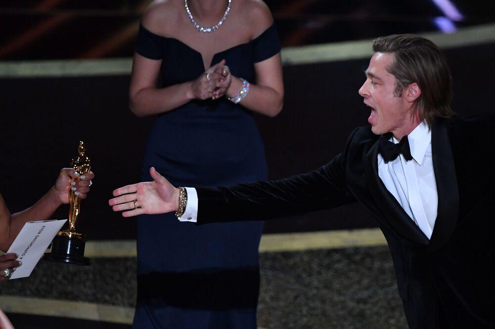 Ator norte-americano Brad Pitt recebendo o Oscar 2020 de melhor ator coadjuvante no filme Era Uma Vez em... Hollywood