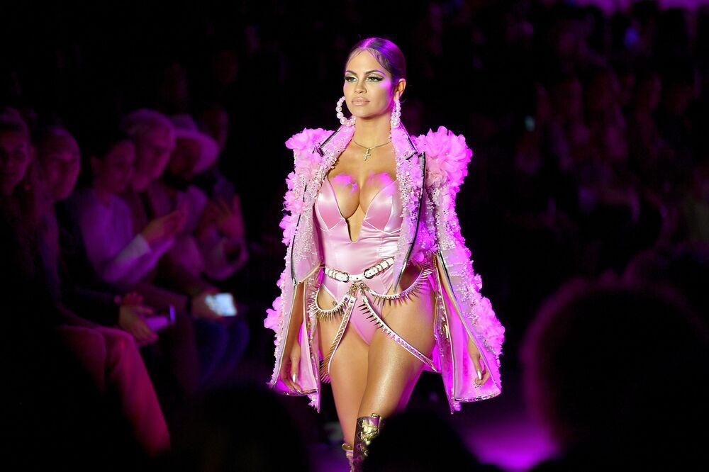 Modelo apresentando a coleção The Blonds durante a Semana de Moda de Nova York